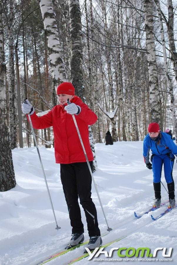 Девушка с парнем в парке на лыжах фото фото 679-97