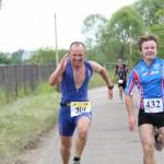 Фото спортсменов на этапе триатлона - бег