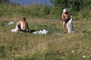 Утро началось с уборки мусора на стартовой поляне