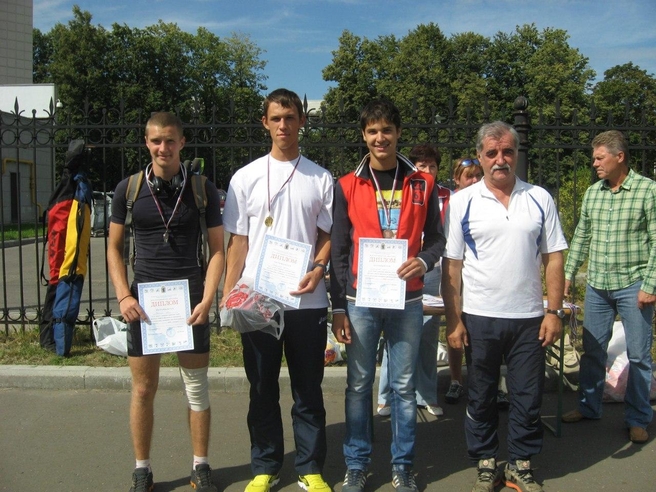 Фото спортсменов и тренера