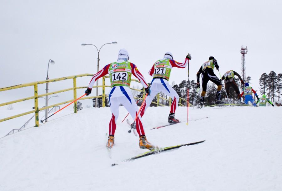 Соболев Алексей (121) и Суслов Вячеслав (142) преодолевают горку.