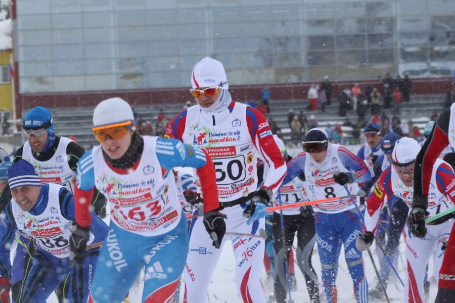 Благодаря белому комбезу, не упустила своих. Вячеслав и Алексей покоряют первые метры дистанции