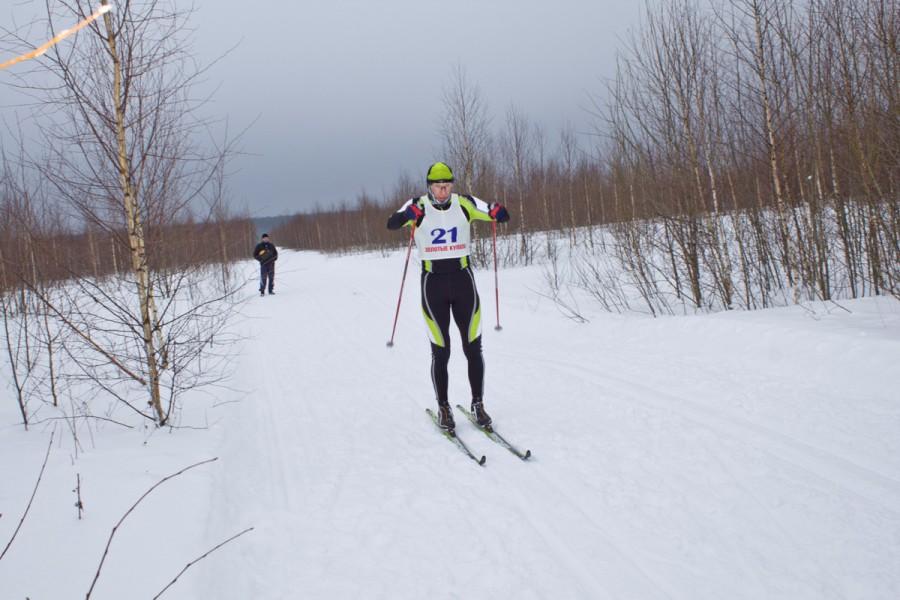 А вот и лидер, уже знакомый Вам с Деминского марафона - Эдуард Ковяшов, обошел основную массу спортсменов практически на круг и которому в данный момент в Костроме никто пока не может составить конкуренции!