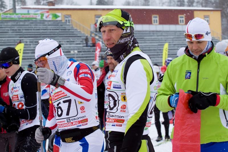 Будущий победитель, костромич Эдуард Ковяшов, оценивающе всматривается в лыжню.