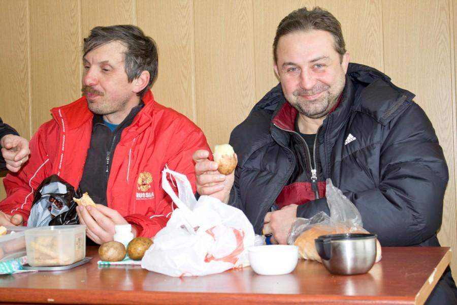 После марафона наступает еще одно приятное действо-это поглощение привезенных вкусностей в кругу друзей и обсуждение гонки.. Картошечка с солью и салом.. :)