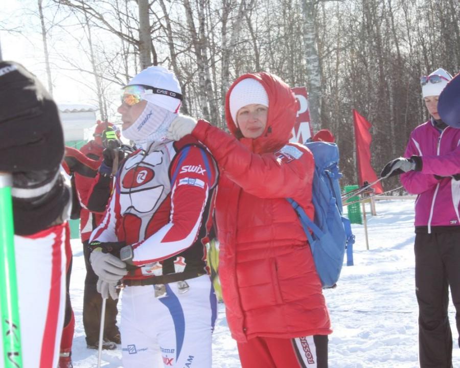 Любимая жена заботливо разминает травмированную шею Алексею Соболеву перед стартом!
