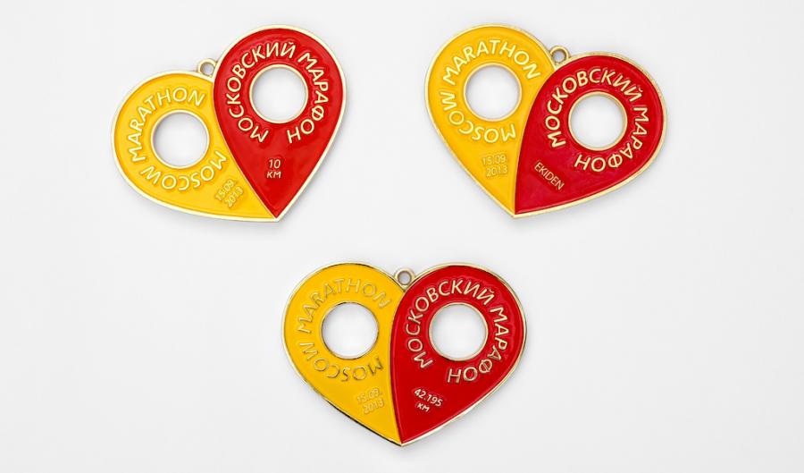 Медали участников Первого Московского марафона 2013