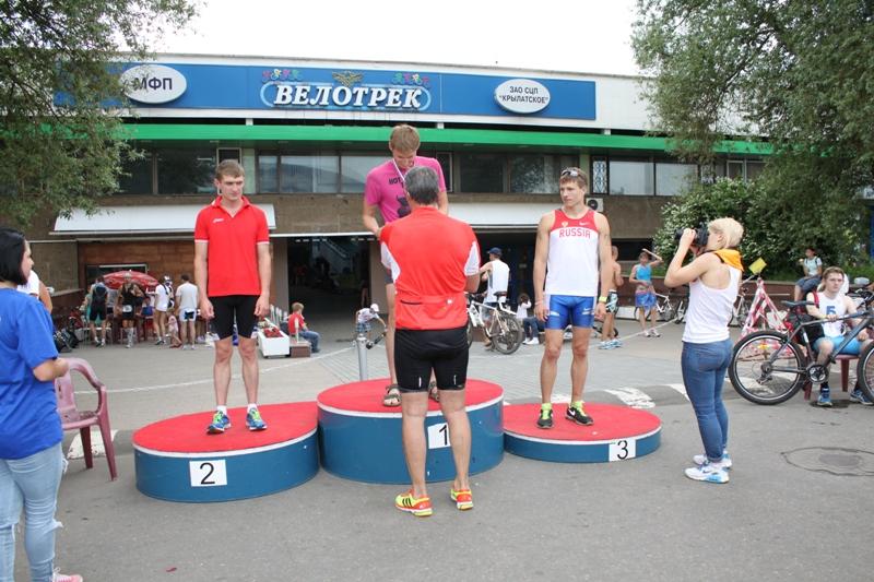 Награждение проводил олимпийский чемпион по биатлону выступавший в 80-е годы и тоже принявший участие в триатлоне.