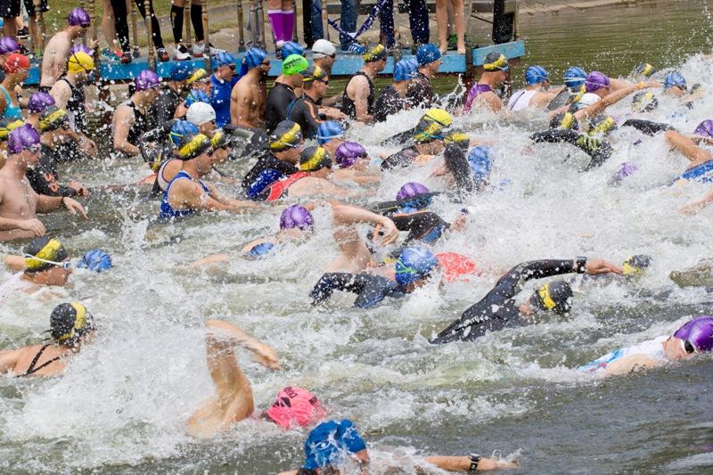 и вот старт плавательного этапа на 750 м. в возрастной группе до 35 лет.