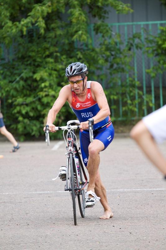 подготовка у спортсменов была совершенно разная. Некоторые участвовали в триатлоне в первый раз. И когда лидеры уже закончили всю дистанцию, некоторые спортсмены только возвращались с велоэтапа.