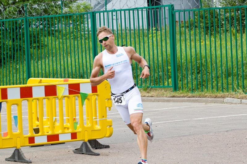 на беговой этап уходит второй спортсмен