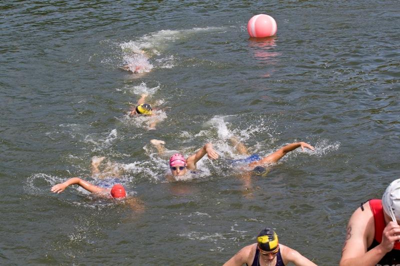 Плавательный этап был очень зажигающий. Триатлеты плыли очень ровно, хотя периодически кому то хотелось резануть уголок, что сразу же пресекалось судьями на воде..