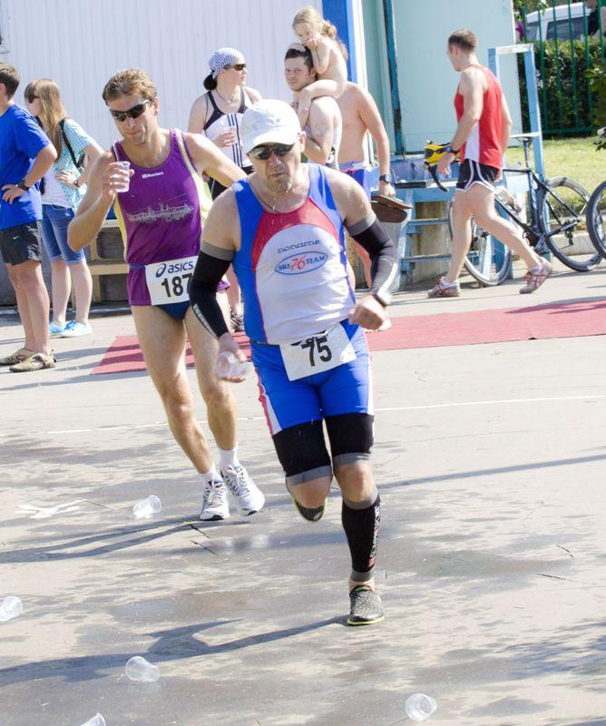 Алексей уже набрал скорость и уходит на последний круг, выглядя значительно бодрее окружающих спортсменов.