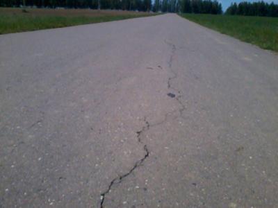 Вдоль дороги образовались трещины.