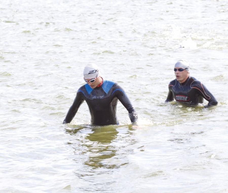 было три круга с выходом на берег, что несколько было неудобно, так как спортсмены очень ранились камнями и галькой..
