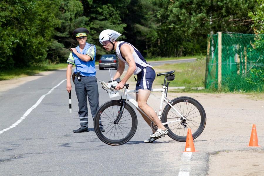 Как и требует безопасность, соревнования обслуживали инспекторы ДПС Беларуси, останавливая каждого водителя и объясняя правила движения вдоль трассы соревнований!