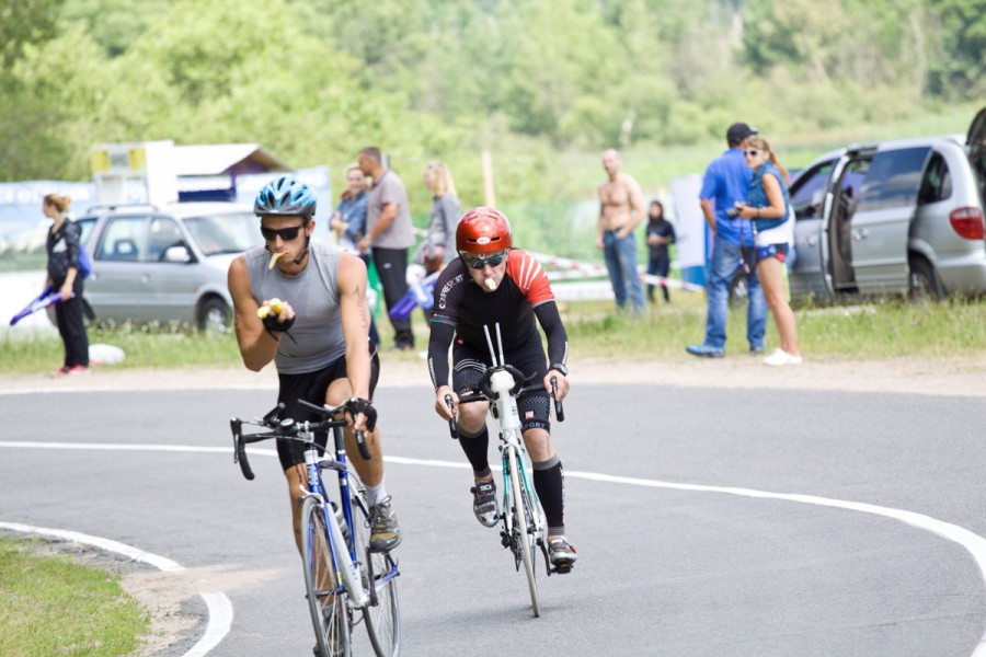Несмотря на бесплатный старт, бананы и вода были предоставлены спонсорами, и спортсмены не теряя времени крутили педали жуя на ходу..