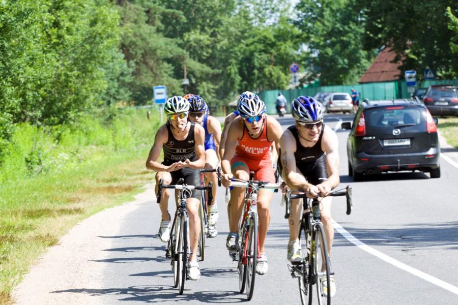 Молодые крепкие представители белорусского триатлона по всей дистанции ехали вместе, часто менялись, и от того чувствовали себя весело и прекрасно!