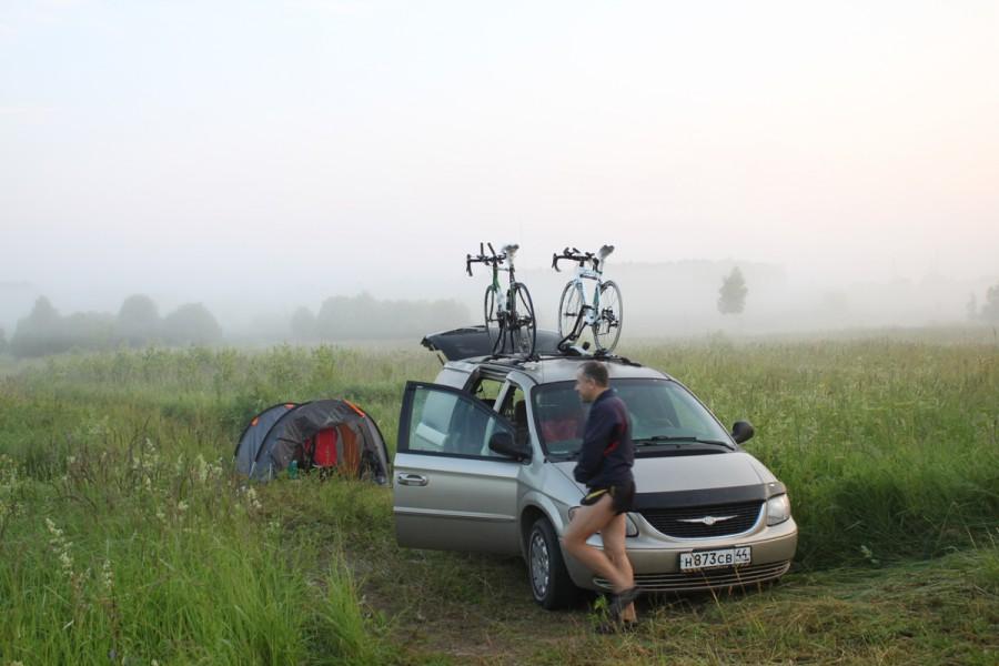 Алексей прятался с музыкой и комарами в автомобиле, а мы с Вячеславом коротали ночь в палатке.