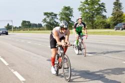 Фотография. Велосипедист на шоссейном велосипеде. Дорога