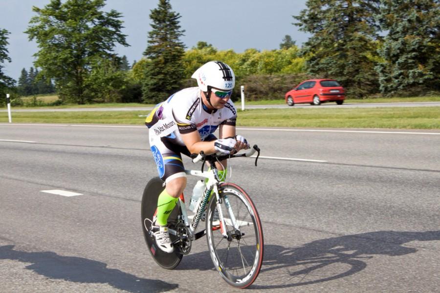 Этот немаленького телосложения участник был в составе команды и участвовал только в велоэтапе. Благодаря хорошему разделочнику и его специфической посадке лихо крутил педали обгоняя многих участников..