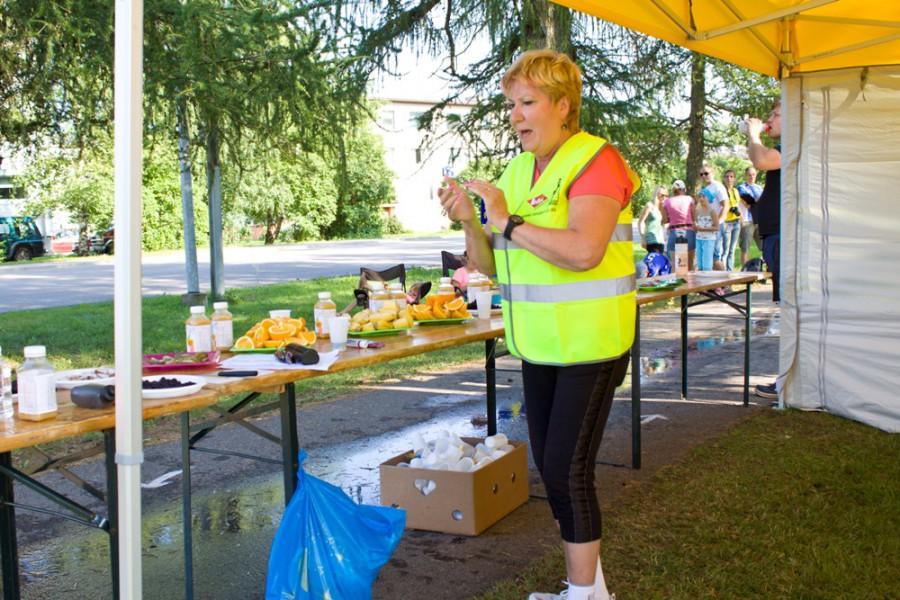 Питание спортсменов было довольно богатым и разнообразным: вода, сок, кола, изотоник, бананы, изюм, хлеб,огурцы, орехи,апельсины. Барышня на пункте не уставала подбадривать и кричала по эстонски каждому атлету!