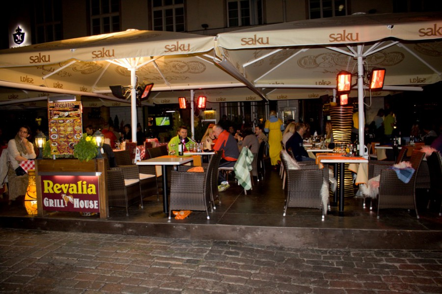 Конечно питание в кафешках, как и во всей Европе дорогое, но в такой день можно было и пошиковать! :)