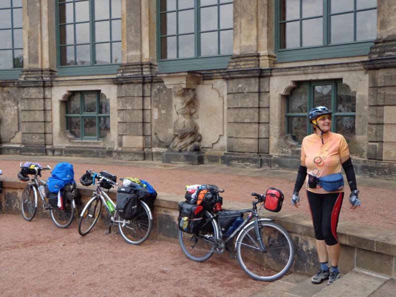Велотуризм очень развит в Чехии. Это группа любителей, приехавшая в замок Локет. К сожалению, все разбрелись осматривать достопримечательности средневекового замка, а леди была рядом с техникой.
