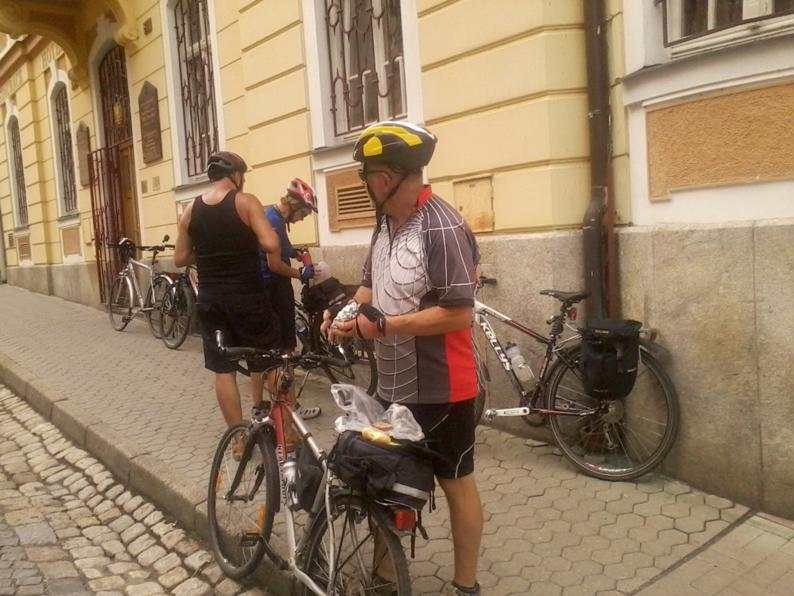 А вот маленький привал еще одной группы велотуристов.