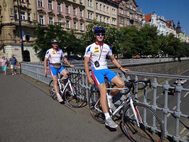 На набережной реки Влтава, перед началом нашего велопутешествия. Кстати, наличие велошлема обязательное условие для всех велосипдистов без исключения.