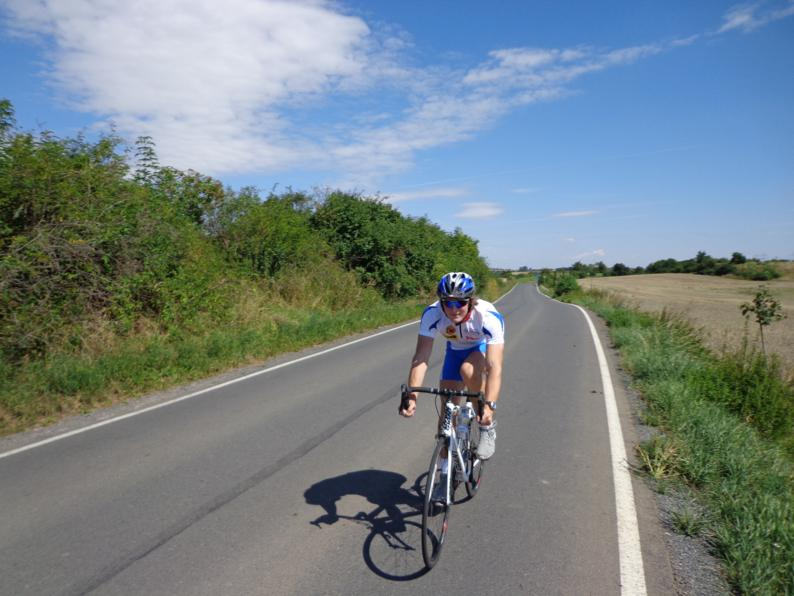 Как только мы выехали за пределы Праги, нашим взорам предстали вот такие велодорожки, которые соединяют деревеньки и маленькие городки.