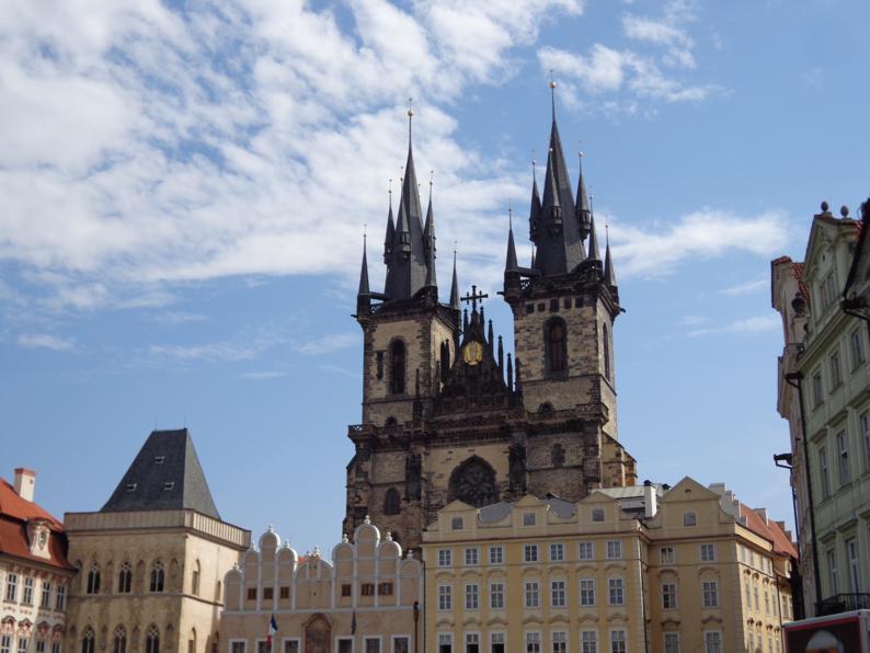 Улицы старой Праги безумно красивые. Хотя принципиально они и похожи друг на друга, но каждая индивидуальна по своему, имеет свой неповторимый оттенок.
