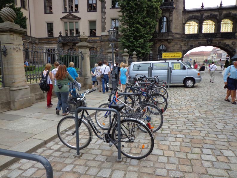 О том что велосипедисты отдельная народность можно судить по количеству велопарковок, количеству и разнообразию велосипедов на них.