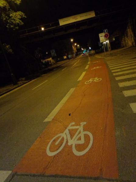 А это велосипедная полоса на перекрестке. Кататься на веле по вечерней Праге одно удовольствие, интенсивность движения по дорогам сильно снижается и можно вдоволь любоваться вечерними видами.