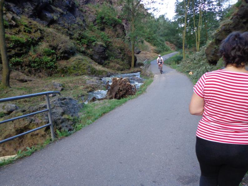 10 км прекрасной асфальтовой дорожки среди скалистых утесов. Слева от дорожки бурлит быстрая горная речушка.