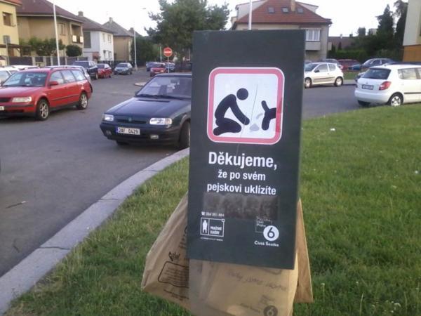 О культуре чешских собачников можно судить по таким столбикам, на которых прикреплены пустые пакеты. Такие столбики можно встретить у входа в любой парк или сквер. Думаю, не надо объяснять, для чего они предназначены. И как это ни странно, ими пользуются.