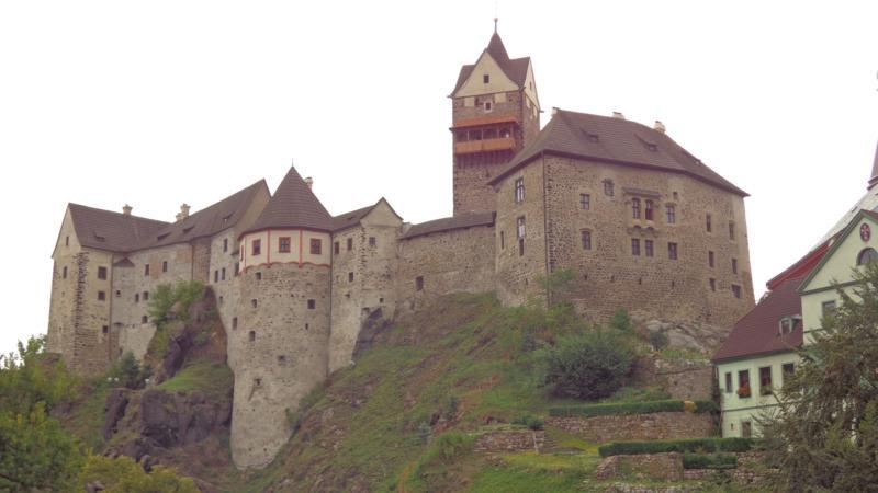 Средневековый замок Локет возвышается на вершине горы, и кажется, что он вырастает прямо из скалы.