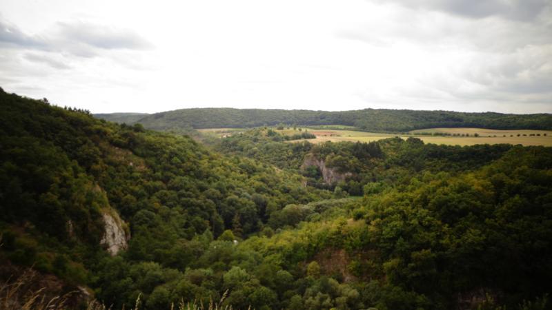 Вот она, вершина, точнее вид с нее. Красотища!.. Внизу в заросшем деревьями ущелье ранее пролегал наш путь.