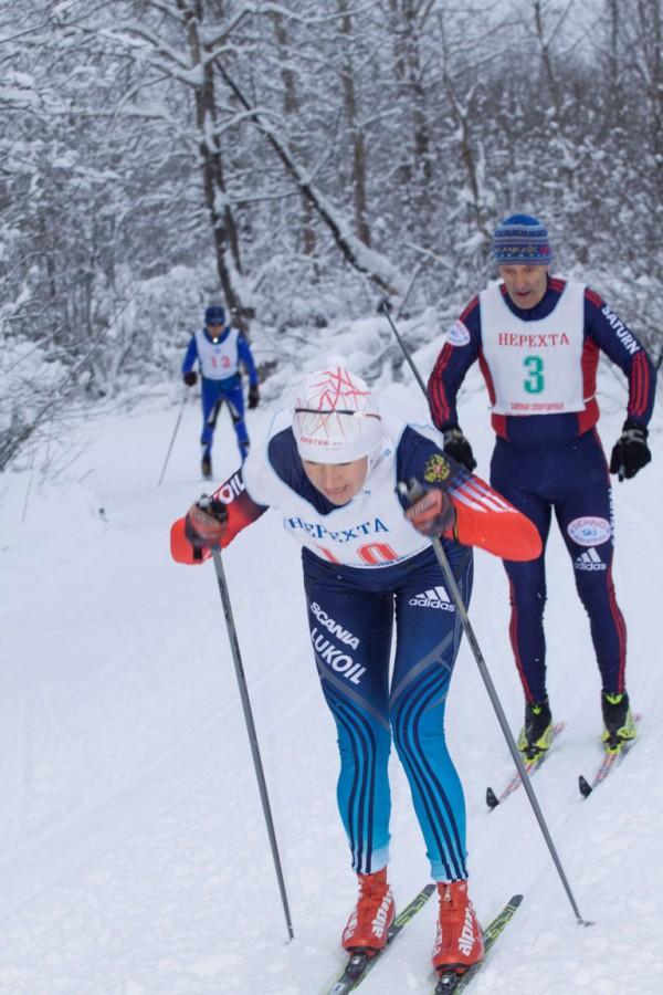 Смолякова Ирина мчится по лыжне не давая никому спуску!