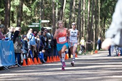 Фото - спортсменки на финише. Полумарафон Весенний гром 2014