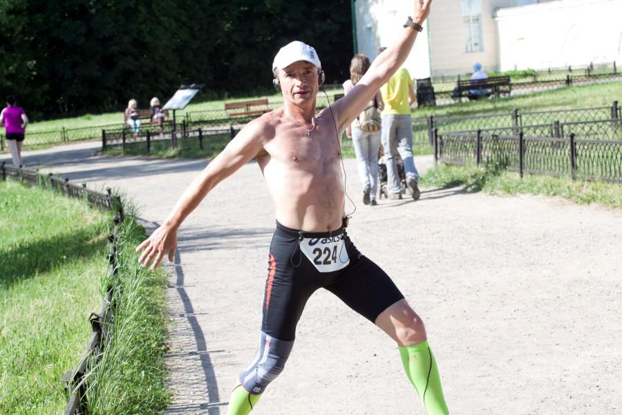 """Многие спортсмены относятся к пробегам с отличным настроем и оптимизмом! Они просто бегут и получают наслаждение, не """"умирая"""" на дистанции! Молодой человек очень хотел попозировать! И вообще, многие с удовольствием отвечали улыбкой на мои """"фотовыстрелы""""!"""