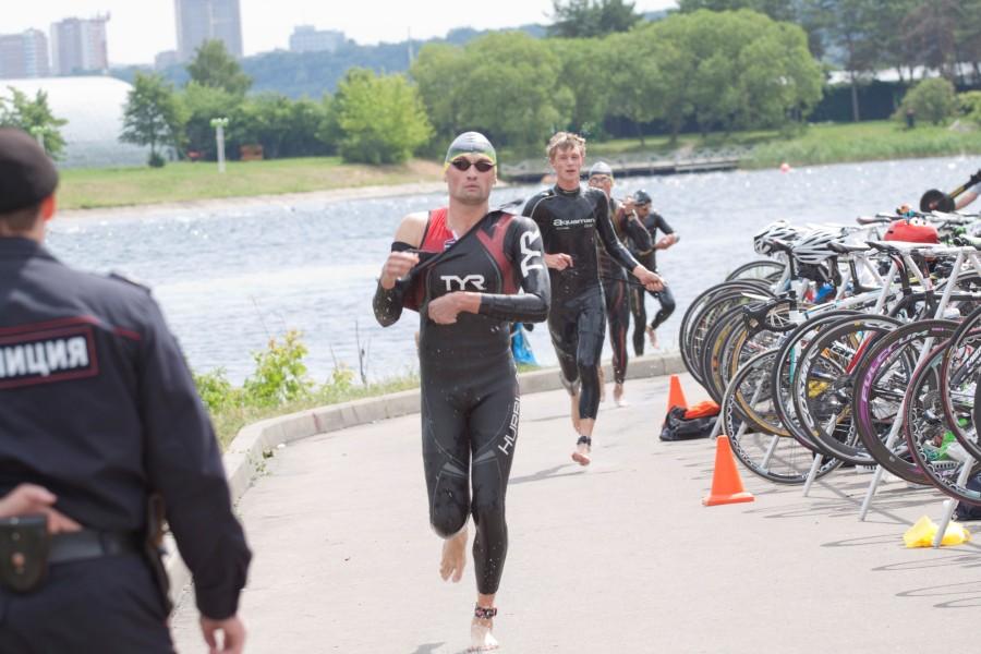 И вот уже через 10 минут из воды появились первые атлеты! Скорость фантастическая!