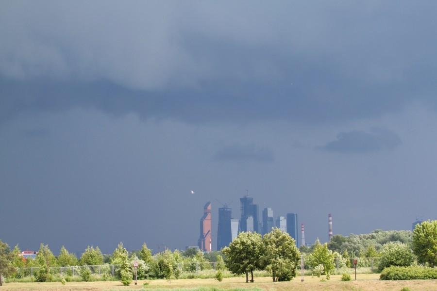 А тем временем погода ухудшилась и начинался приличный дождь! Москва Сити в зловещей тьме!