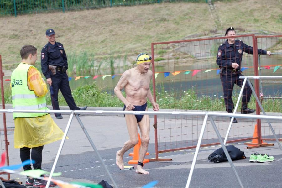 А вот здесь надо поаплодировать СТОЯ! Этому спортсмену 81 год! И хоть он и не смог продолжить дистанцию на велоэтапе,но он вышел на старт и желая всей душой осилить его, все таки проплыл первый этап. Браво Лев (это его Имя)! Был на дистанции и один 75 летний (категория 75-79) участник, который успешно ее прошел (1ч.45мин.)! Еще раз БРАВО таким мужчинам!