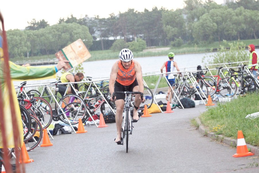Андрей Куликов заканчивает велоэтап.