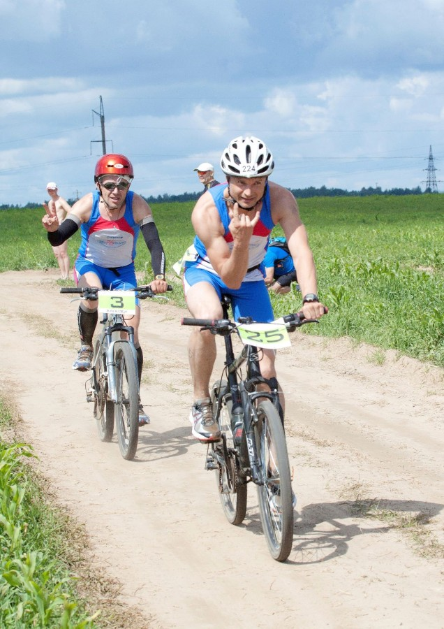 Велоэтап проходил по запыленным колхозным полям. Но наши спортсмены были бодры и радовали группу поддержки улыбками.