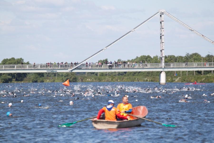 в воде около 500 спортсменов с совершенно разной плавательной подготовкой!
