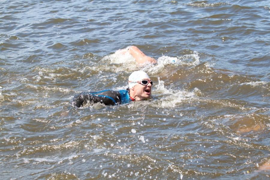 Вячеслав заканчивает заплыв за 27,12 мин.