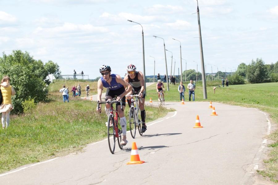 Совсем немного проигрывает профессионалам и наш земляк, недавно начавший заниматься триатлоном - Ильин Дмитрий!(второй в паре на фото)