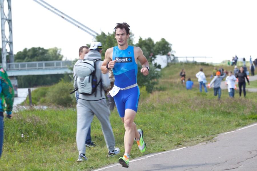 Евгений Хабаров, тем временем, уже на беговом этапе обгоняет ветер!